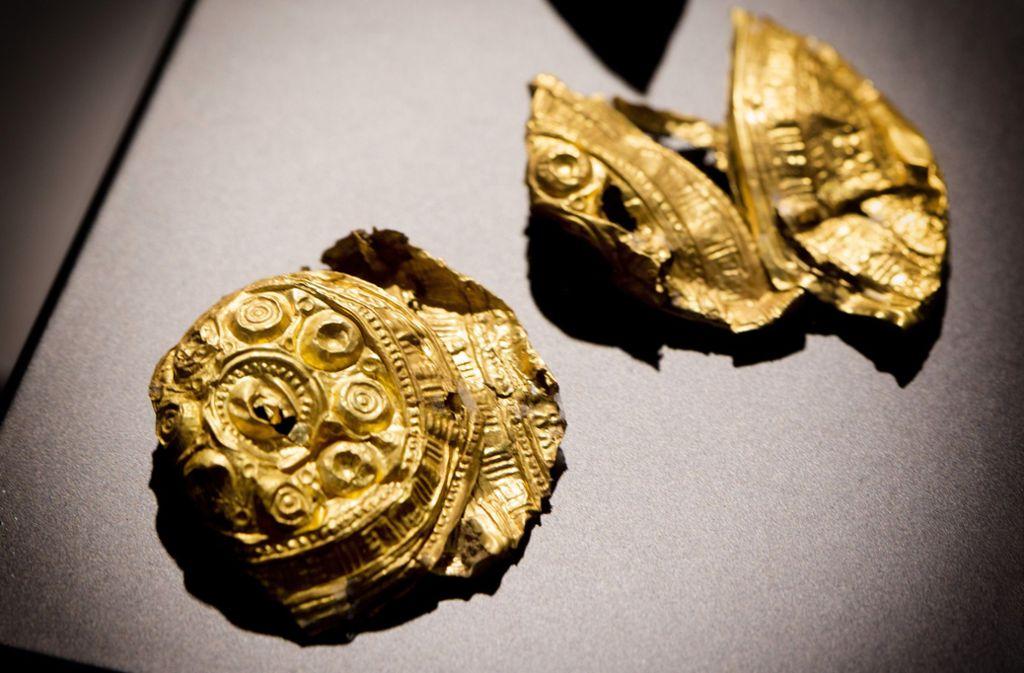 """Diese goldenen Haarnadelköpfe  gehörten zum Kopfschmuck der """"Dame von Kirchheim"""", die vor rund 800 Jahren starb. Foto: Horst Rudel"""