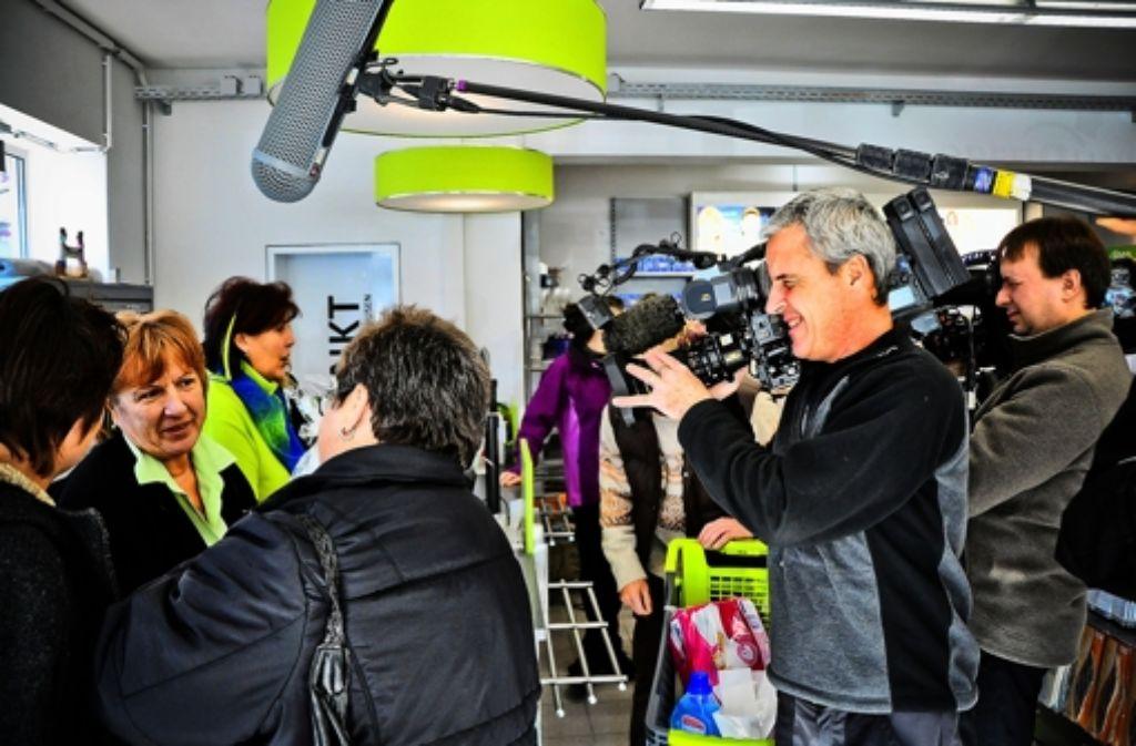 Karin Meinerz (Mitte) spricht vor laufenden Kameras mit ihren Kunden. Foto: Claudia Kräft
