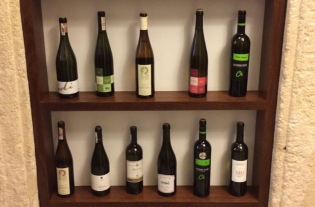 Der Beweis, im Regal unseres Hotels: Es gibt ihn, den polnischen Wein! Foto: Herrweier