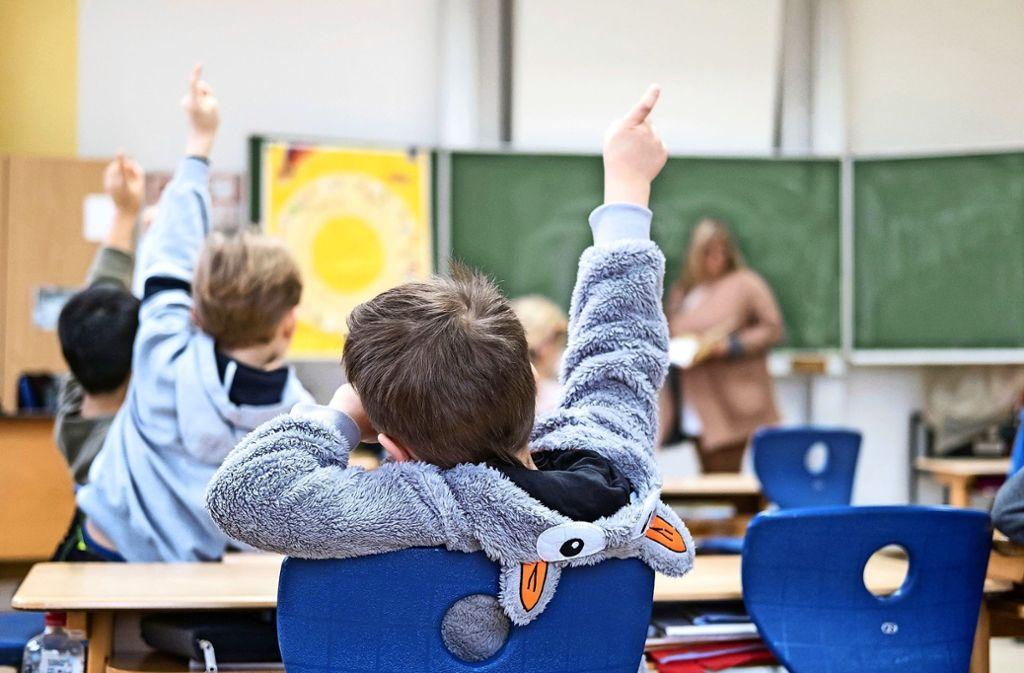 Grundschulempfehlungen sind nicht verbindlich. Dennoch hält sich ein Großteil der Eltern daran und schickt sein Kind auf die entsprechende weiterführende Schule. Foto: Peter Steffen/dpa