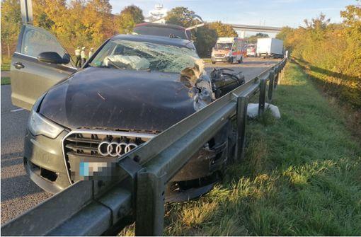 Schwerverletzter nach Unfall zwischen Auto und Lastwagen