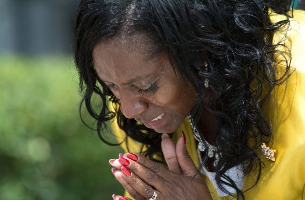 Eine Frau leitet in Orlando ein Gebet von Menschen, die der Opfer des Massakers gedenken. Foto: dpa
