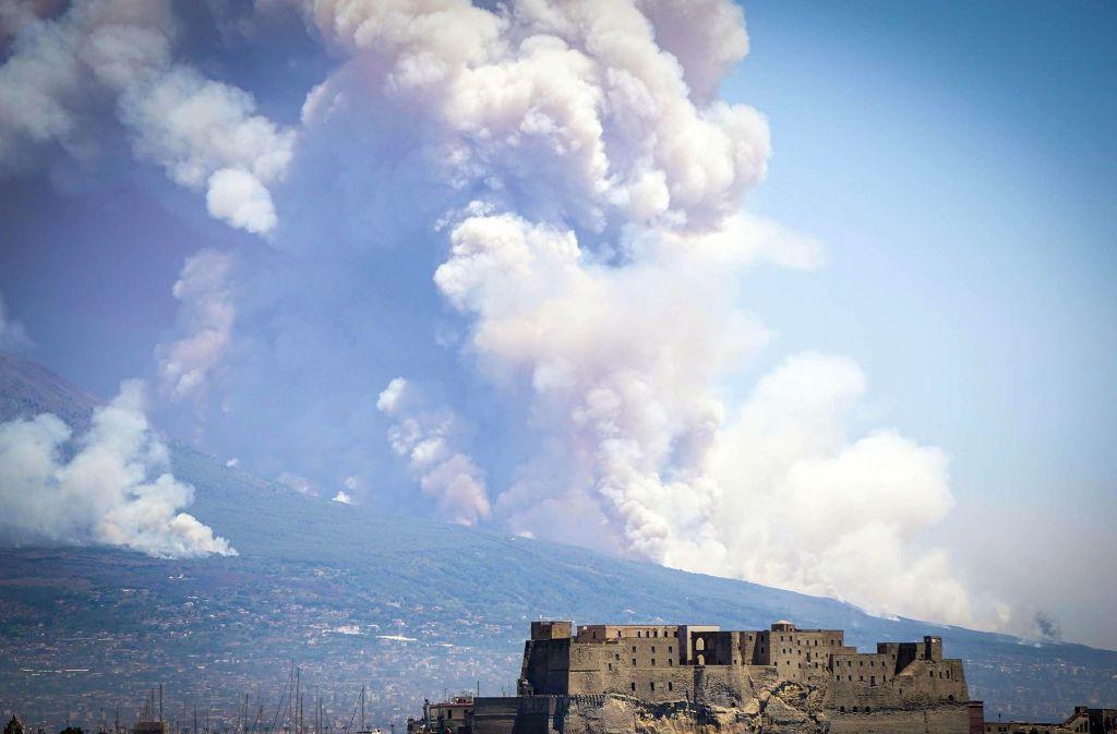 Der Rauch lässt an einen Ausbruch des Vulkans denken - doch am Vesuv schicken Brände die düsteren Wolken in den blauen Sommerhimmel Foto: dpa