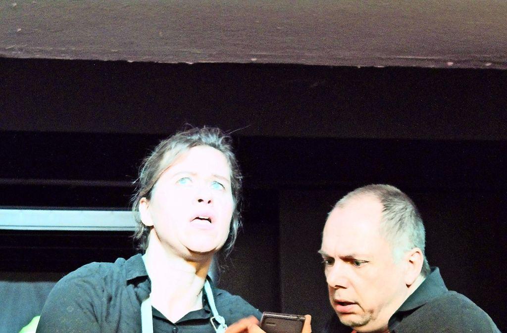 Sam (Lia Grundhöfer) und Tom (Uwe Kaltenmark) entdecken auf dem Handy von Jack, dass er eine Beziehung mit beiden führt, und mit vielen anderen auch. Foto: Tilman Baur