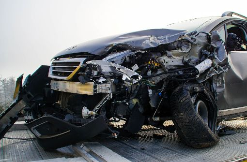 Peugeot-Fahrer kracht in Gegenverkehr