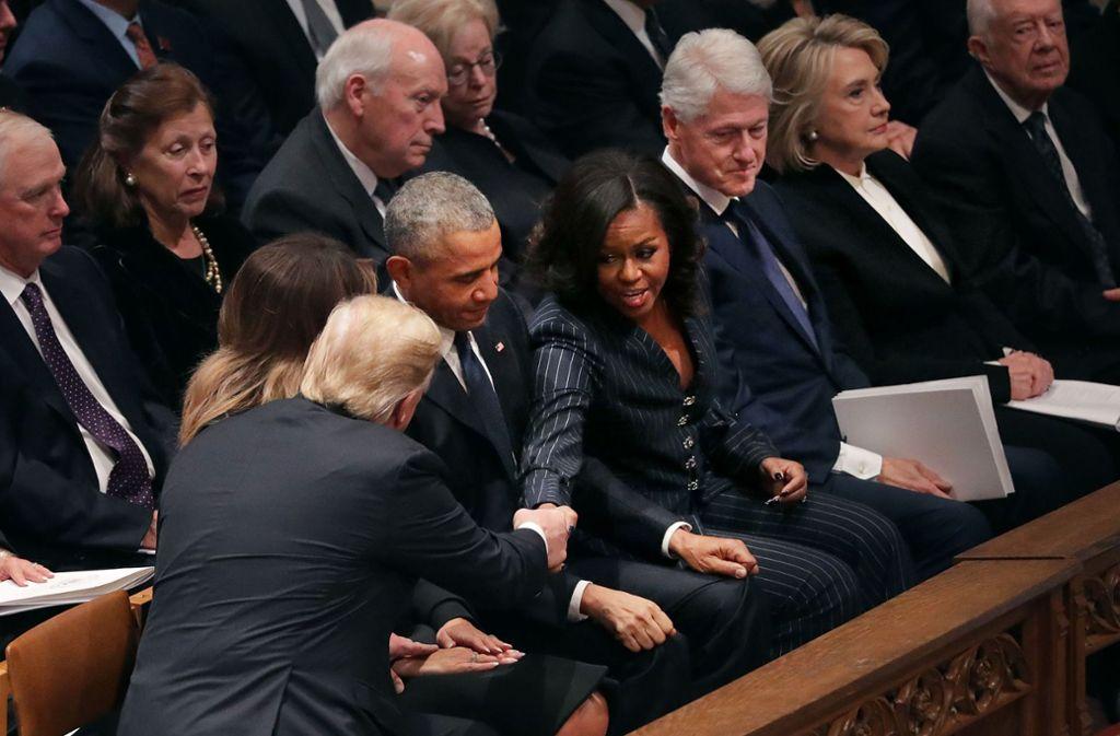 Ein knappes Händeschütteln mit der früheren First Lady Michelle Obama, ... Foto: GETTY IMAGES