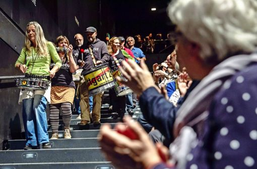 S-21-Gegner feiern Montagsdemo-Jubiläum im Theaterhaus