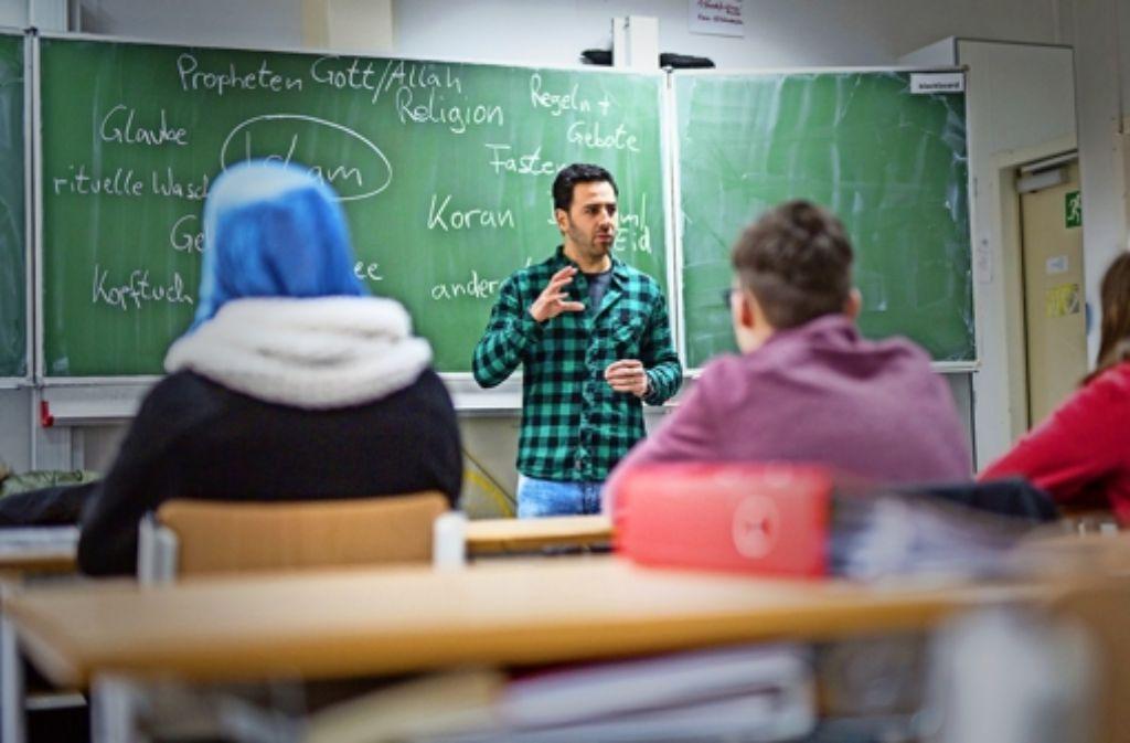 Der islamische Religionsunterricht findet in deutscher Sprache und unter staatlicher Aufsicht an den Schulen statt – aber noch hat er Modellcharakter. Foto: dpa
