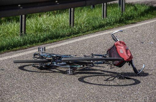 Radfahrer frontal von Auto erfasst