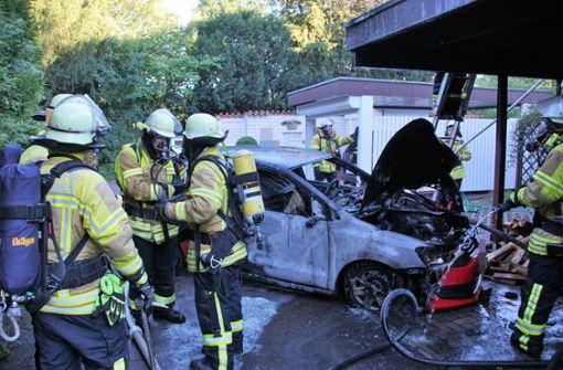 Auto und Carport fangen Feuer