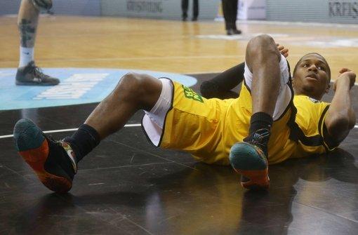 Kerron Johnson am Boden, aber der Spielmacher konnte weitermachen. Foto: Baumann