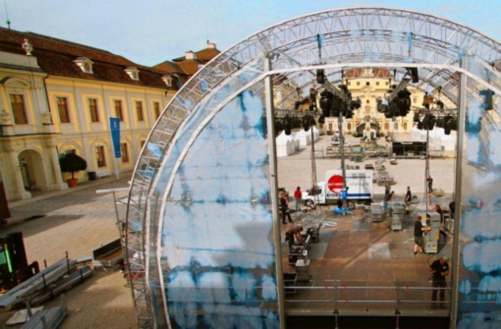 Der Schlosshof wird für den Besuch der Politprominenz vorbereitet. Foto: factum/Granville