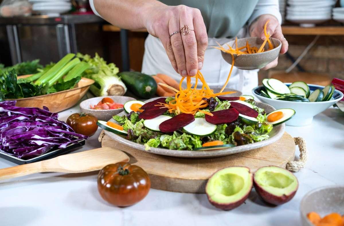 Wie ernährt man sich gesund und nachhaltig? Unsere Serie liefert Antworten. Foto: imago/Addictive Stock/The Trio Studio