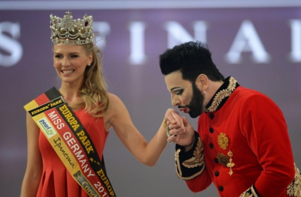 Olga Hoffmann aus Münster hat sich den Titel der Miss Germany gesichert. Gekrönt wurde sie von Modedesigner Harald Glööckler. Foto: dpa