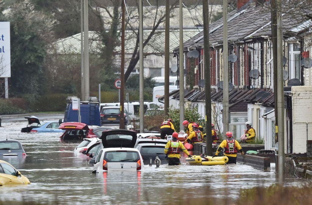 Mit Schlauchbooten mussten Menschen aus ihren Häusern gerettet werden. Foto: dpa/Ben Birchall