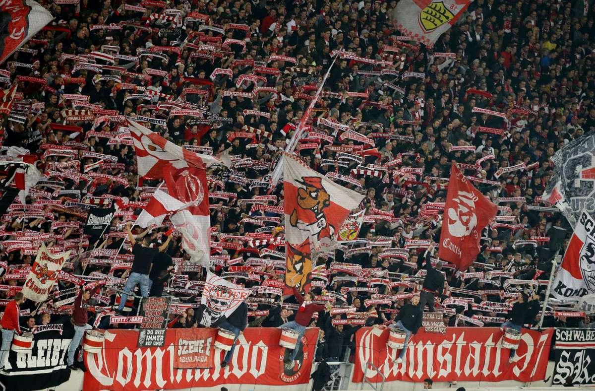 Der Fankalender-Verkauf der Ultras des VfB Stuttgart läuft. Foto: Baumann