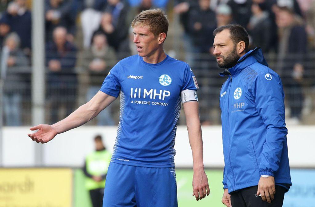 Trainer Tobias Flitsch und Tobias Feisthammel (li.): Der Kapitän soll aus dem zentralen Mittelfeld heraus das Spiel der Blauen gestalten und  antreiben. Foto: Baumann