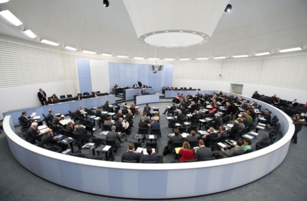Im Plenarsaal des Ausweich-Landtags beschließt die grün-rote Mehrheit im November eines der wichtigsten Vorhaben der Regierungskoalition: Das Gesetz für einen Nationalpark Schwarzwald. Foto: dpa