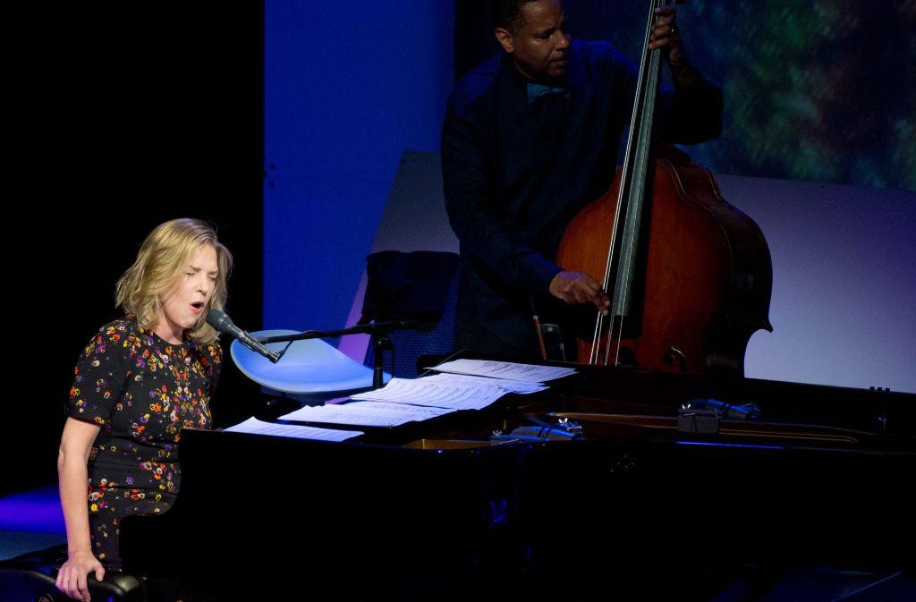 Die Noten? Hat sie nicht gebraucht: Diana Krall in Stuttgart Foto: Lichtgut - Oliver Willikonsky