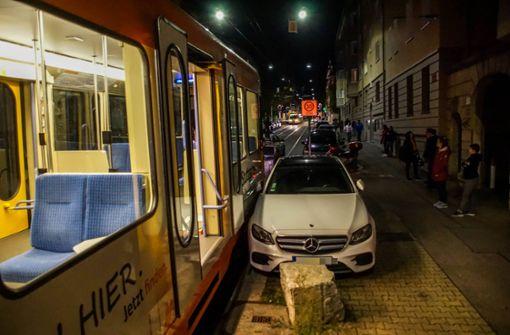 Mercedes zu nah an Gleise geparkt – Stadtbahnstrecke blockiert