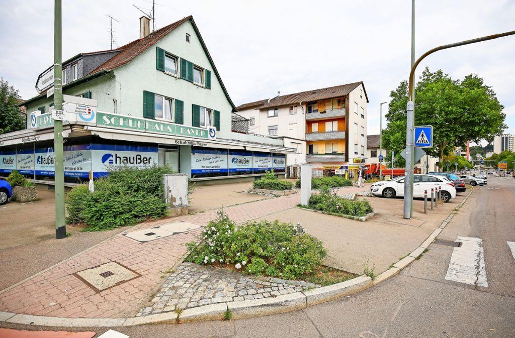 Das Gebäude mit dem   Schuhhaus Bayer in der Leonberger Römerstraße wird es bald nicht mehr geben – es macht einem neuen Wohn- und Geschäftshaus Platz. Foto: factum/Granville