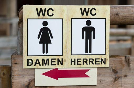 Spanner filmt Frau heimlich auf Bahnhofstoilette