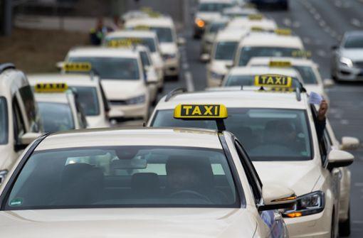 Taxi-Corso rollt durch die Stadt