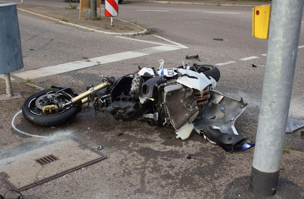 Die junge Motorradfahrerin kollidiert frontal mit dem abbiegenden Pkw. Foto: SDMG