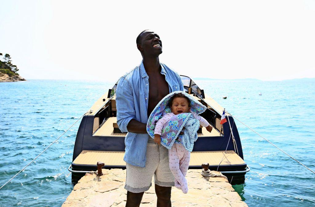 Überraschung: Samuel (Omar Sy) bekommt ein Kind in die Hände gedrückt. Foto: Verleih
