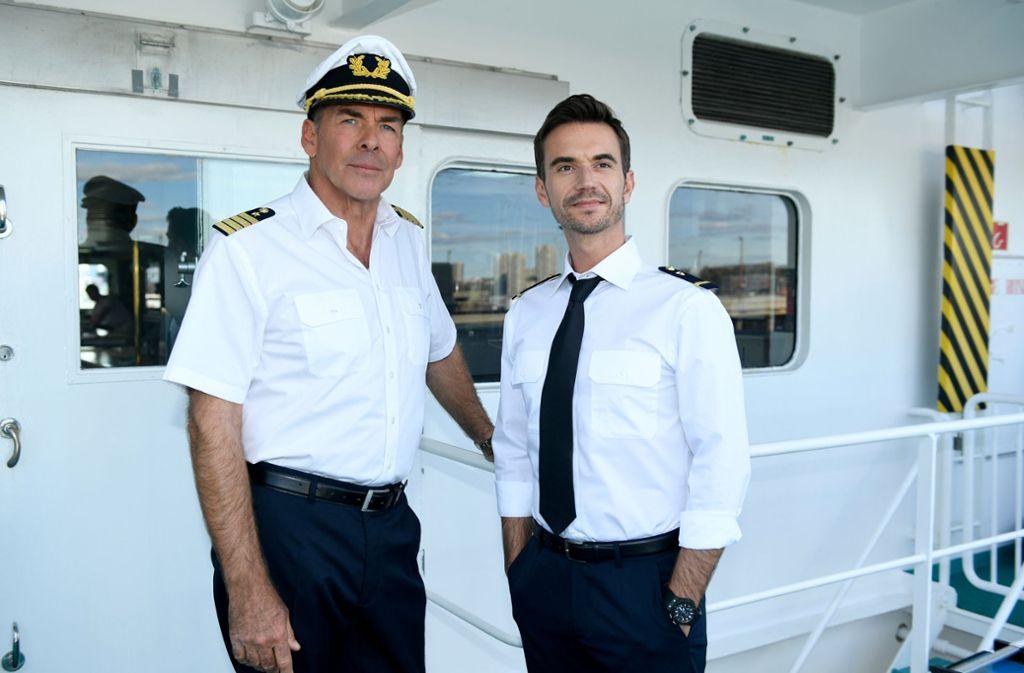Nach Kapitän Burger (Sascha Hehn, links) wird bald Max Prager (Florian Silbereisen, rechts) in See stechen. Diese Neuigkeit löste viel Belustigung im Netz aus. Foto: ZDF