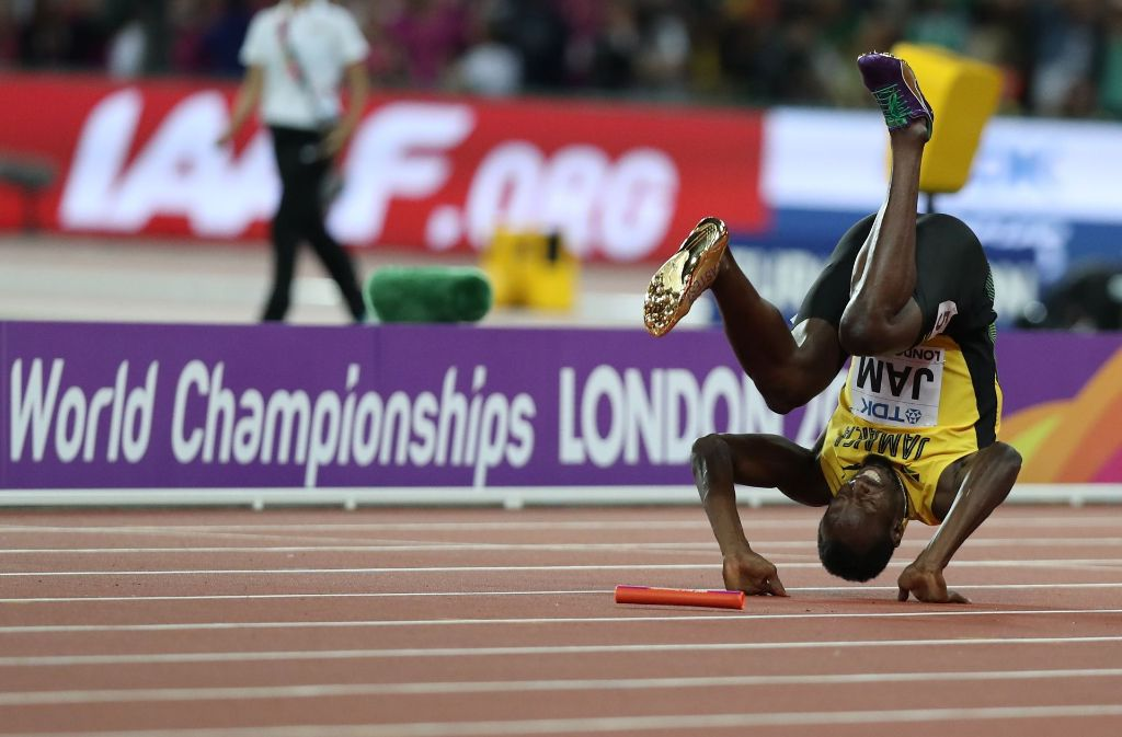 Usain Bolt am Boden: Der schnellste Mann der Welt erlitt in seinem letzten Rennen in London einen Krampf und ging zu Boden. Foto: AFP