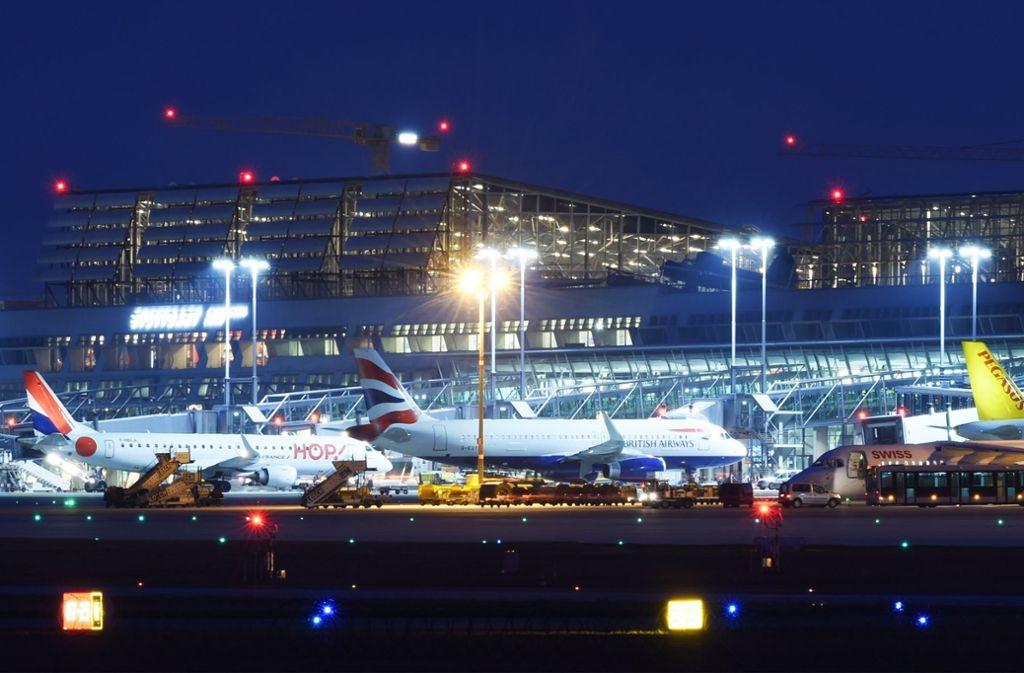 Die Lichter gehen nie richtig aus am Flughafen. 2018 könnte es hier einen sommerlichen Rekordbetrieb geben. Foto: dpa