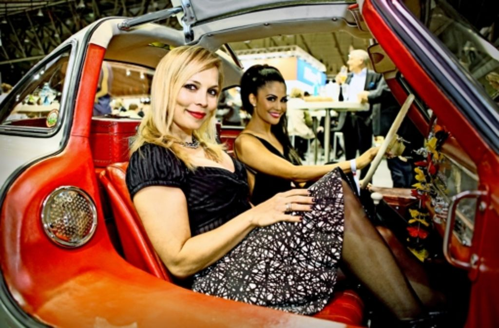 Die Mädels im Flügeltürer: Regina Halmich und Mia Gray (von links). Foto: Sascha Feuster