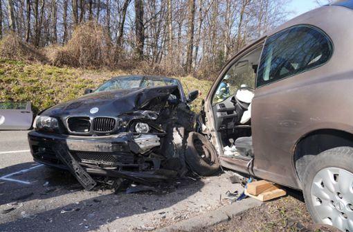 Frontalzusammenstoß zweier Autos fordert eine  Schwerverletzte