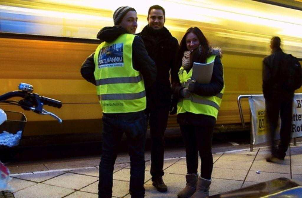Die Verkehrsjunioren Frieder Weiler, Philipp Hirschel und Katharina Hermann befragen und sensibilisieren Fahrgäste am Feuerbacher Bahnhof Foto: Susanne Müller-Baji