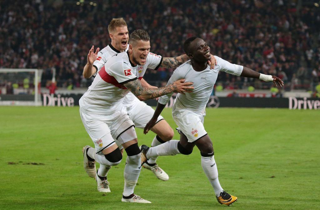 Simon Terodde, Daniel Ginczek und Torschütze Cahdrac Akolo freuen sich über das 2:1. Foto: Pressefoto Baumann