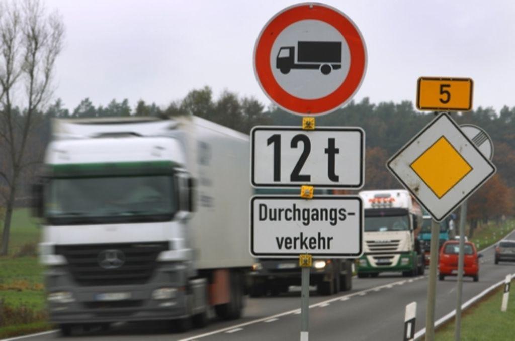 Von August an fallen für schwere Lastkraftwagen Mautgebühren an. Foto: dpa