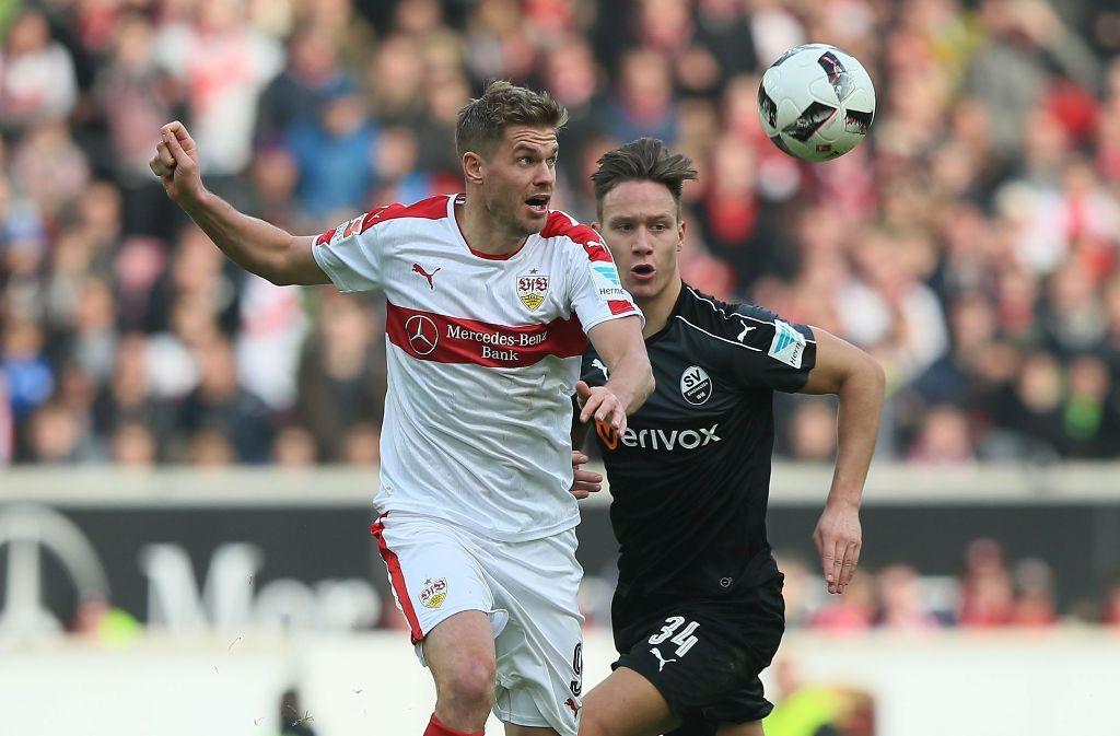 Duell: VfB-Torjäger Simon Terodde (links) gegen Tim Knipping. Foto: