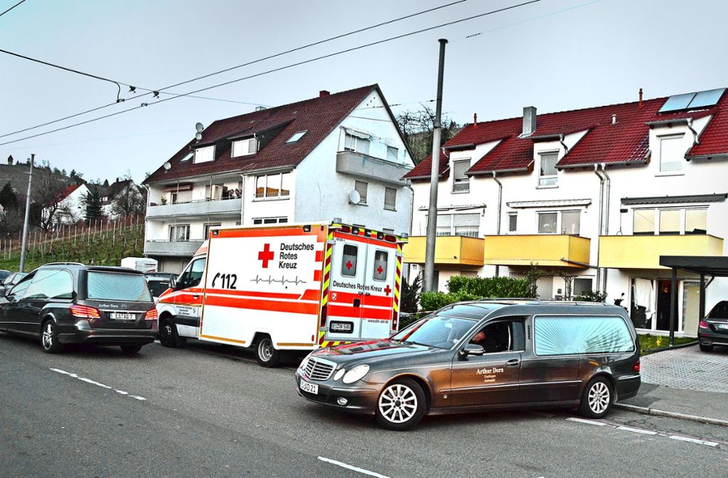 Aus dem Reiheneckhaus in Esslingen-Mettingen mussten die  Leichen eines  Ehepaars und seiner zwei Kinder   geborgen werden. Foto: Rosar