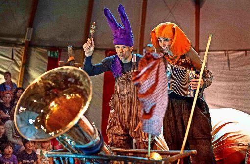 Märchentheater unter weißem Zirkusdach