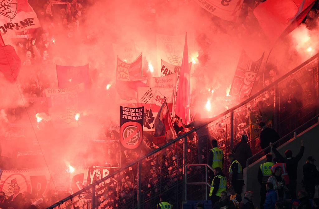 Die Anhänger des VfB Stuttgart haben während des Spiels bei der TSG Hoffenheim Dietmar Hopp beleidigt. Foto: Bongarts