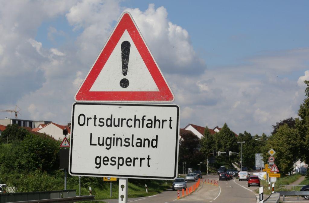 Ein Hinweisschild auf Höhe der Einfahrt von der B14 in die Rommelshauser Straße. Foto: Patricia Sigerist