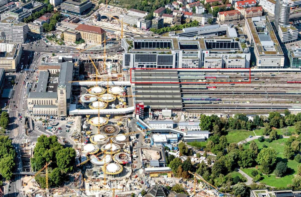 Für den neuen Stuttgart-21-Tiefbahnhof könnte es eine Ergänzung (rot umrandete Fläche) geben. Sie soll im Bahnknoten der Stadt deutlich mehr Verkehr ermöglichen. Foto: DB AG/Arnim Kilgus
