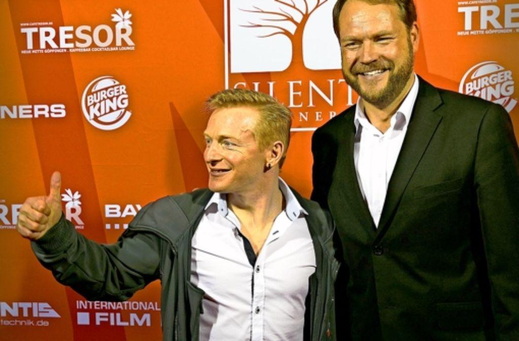 Rüdiger Kümmerle (rechts) mit seinem Hauptdarsteller Mike Möller bei der Premierenfeier Foto: Horst Rudel