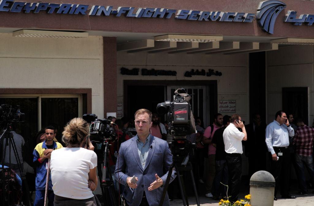 Journalisten warten vor einem Gebäude der Egyptair. Foto: Getty Images Europe
