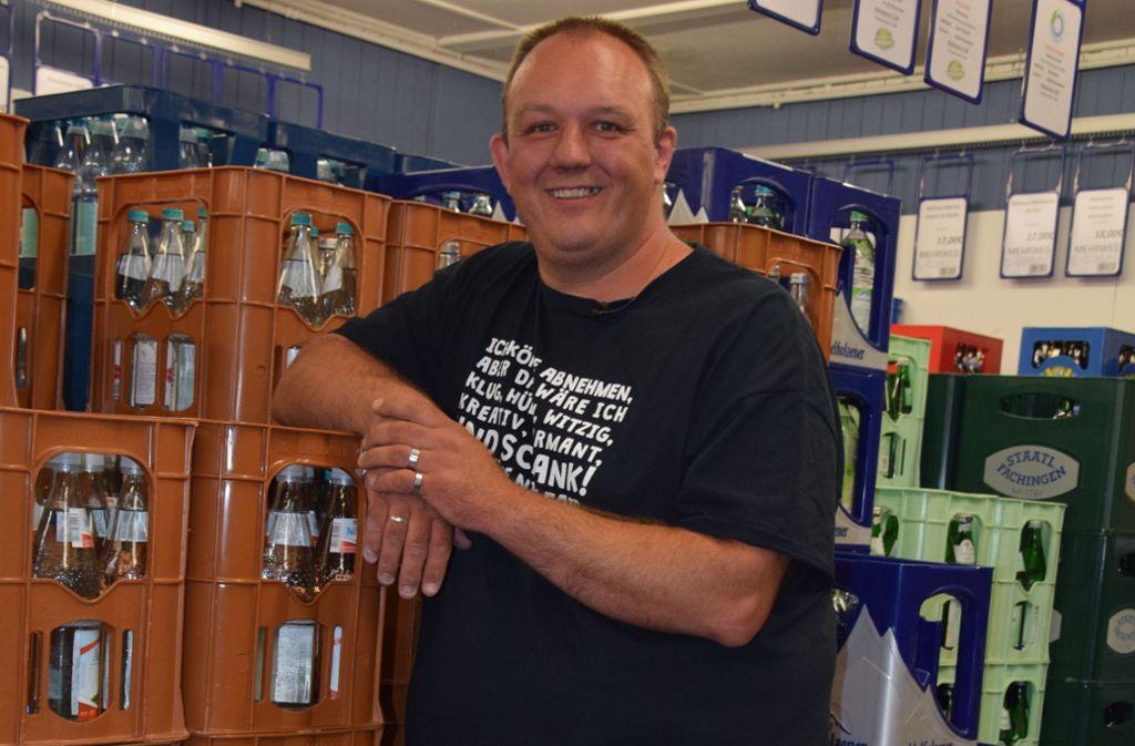 In seinem Getränkemarkt in Stuttgart-Vaihingen verkauft Hans-Peter Kastner nur noch Mehrwegflaschen. Foto: Alexandra Kratz