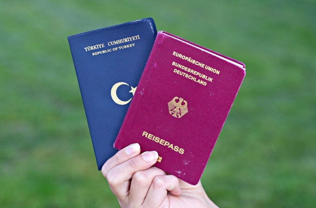 Niemand weiß, wie viele Deutsch-Türken mit zwei Staatsangehörigkeiten wirklich für Erdogan gestimmt haben. Über den Doppelpass wird dennoch heftig diskutiert – nun auch in Bezug auf das Wahlrecht. Foto: dpa