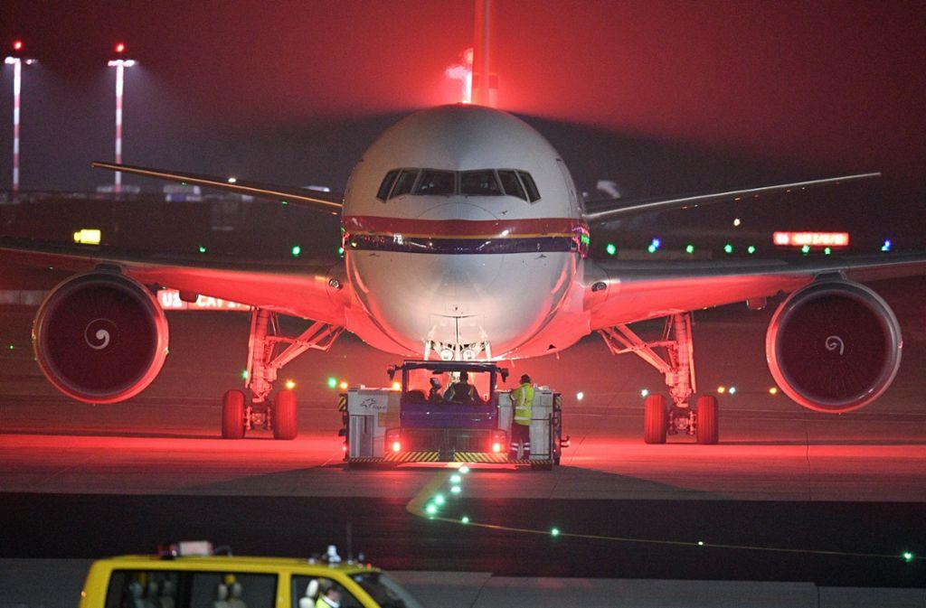 Ein Flugzeug von Meridiana wird auf dem Flughafen aus der Parkposition geschoben. Die Bundesregierung will die Zahl der Abschiebungen nach Afghanistan deutlich erhöhen. Foto: dpa