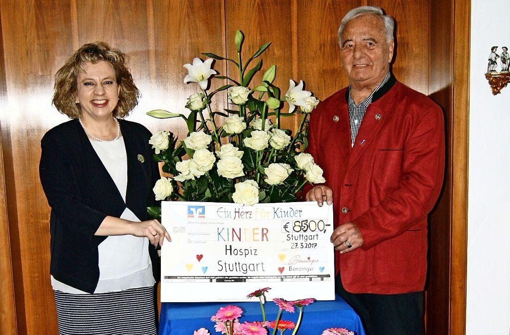 Elvira Pfleiderer freut sich, den Spendenscheck  für das  Kinder- und Jugendhospiz von Wolfgang Benzinger entgegenzunehmen. Foto: Chris Lederer