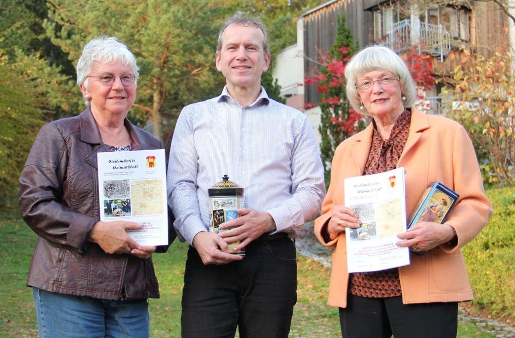 Edeltraud John, Norbert Prothmann und Erika Porten (von links) haben bei der aktuellen Ausgabe des Weilimdorfer Heimatblattes mitgewirkt. Foto: Bernd Zeyer